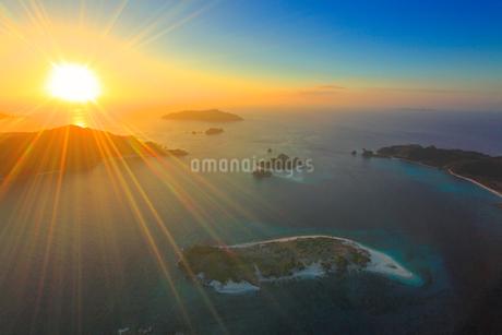 安慶名敷島と嘉比島など慶良間諸島の空撮夕景の写真素材 [FYI02647109]