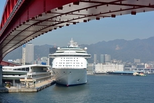 神戸港にMARINER OF THE SEASが停泊の写真素材 [FYI02647153]