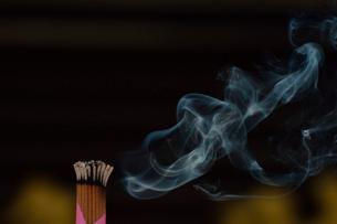宗吾霊堂の御線香の煙の写真素材 [FYI02647308]