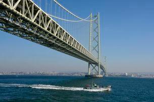 道の駅あわじから 明石海峡大橋を見るの写真素材 [FYI02647374]