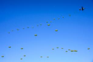 習志野第1空挺団 一般開放行事の降下訓練の写真素材 [FYI02647401]