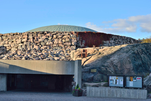 大岩をくり抜いて作られたテンペリアウキオ教会の写真素材 [FYI02647441]