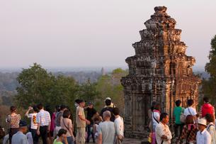 プノン・バケン(国家鎮護寺院の丘上式寺院)と観光客の写真素材 [FYI02647457]