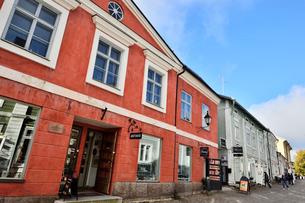 レストランやお店が並ぶポルヴォーの街並みの写真素材 [FYI02647463]