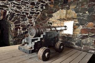 海に向かい砲台群が点在するスオメンリンナ島の砲台の写真素材 [FYI02647467]