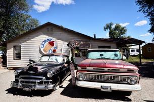 昔懐かしい車を飾っているルート66沿道にある町セリグマンの写真素材 [FYI02647482]