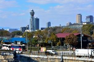 大阪,JR天王寺駅前交差点から通天閣の写真素材 [FYI02647525]