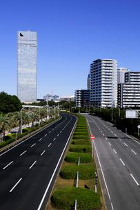 海浜大通りと高層ビル群の写真素材 [FYI02647720]