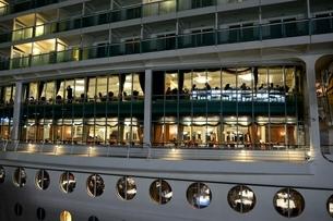 神戸港にMARINER OF THE SEASが停泊の夜景の写真素材 [FYI02647753]