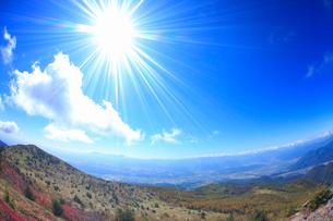 美ヶ原などの山並みと上田市街と紅葉の樹林と太陽の光芒,魚眼の写真素材 [FYI02647756]