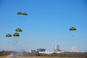 習志野第1空挺団 一般開放行事の降下訓練の写真素材 [FYI02648014]