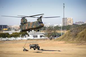 習志野第1空挺団 一般開放行事の降下訓練の写真素材 [FYI02648027]