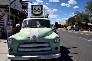 昔懐かしい車を飾っているルート66沿道にある町セリグマンの写真素材 [FYI02648031]
