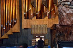 大岩で作られたテンペリアウキオ教会のパイプオルガンの写真素材 [FYI02648033]