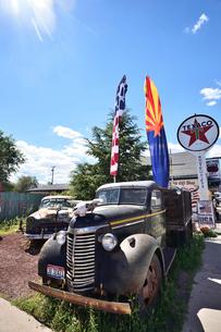 昔懐かしい車を飾っているルート66沿道にある町セリグマンの写真素材 [FYI02648037]