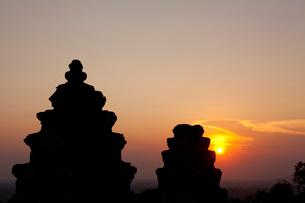 プノン・バケン(丘上式寺院)と夕日の写真素材 [FYI02648044]