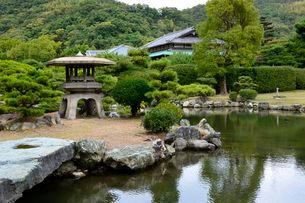 琴の浦 温山荘園 東池から浜座敷を見るの写真素材 [FYI02648108]