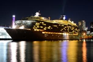 神戸港にMARINER OF THE SEASが停泊の夜景の写真素材 [FYI02648173]
