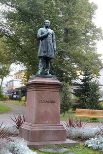 フィンランド国歌を作詞したルーネベリ像が有るルーネベリ公園の写真素材 [FYI02648182]