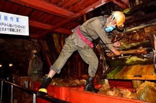 史跡 生野銀山 運搬作業の写真素材 [FYI02648210]