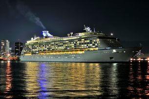 神戸 VOYAGER OF THE SEASが神戸港を夜出港の写真素材 [FYI02648280]