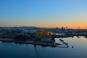 阪神高速5号線 尼崎工業地帯の早朝の写真素材 [FYI02648352]