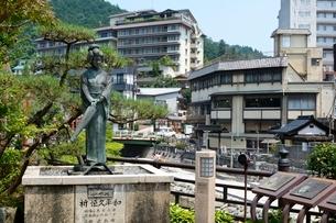 湯村温泉街並み,夢千代の像の写真素材 [FYI02648378]