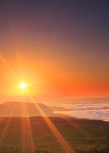 小浅間山から望む妙義山方向の山並みと雲海と朝日の写真素材 [FYI02648433]
