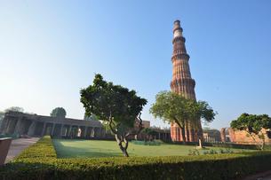 インドで一番高い塔があるクトゥブ・ミナールと複合建築群の写真素材 [FYI02648462]