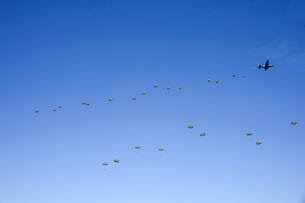 習志野第1空挺団 一般開放行事の降下訓練の写真素材 [FYI02648533]