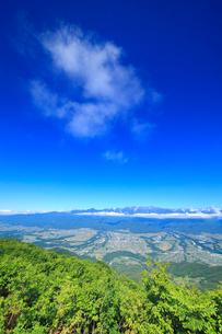 空木岳など中央アルプスの山並みと伊那谷の写真素材 [FYI02648547]