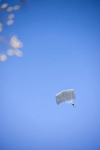 習志野第1空挺団 一般開放行事の降下訓練の写真素材 [FYI02648552]