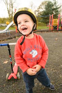 公園でスクーターで遊ぶ男の子の写真素材 [FYI02648574]
