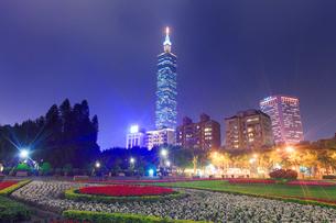 中山公園のベゴニアの花壇と台北101の夜景の写真素材 [FYI02648633]