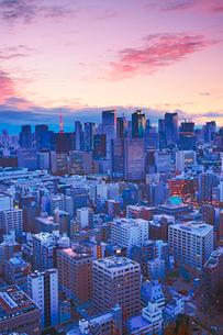 明石町から望む西方向のビル群と東京タワーと夕焼けの写真素材 [FYI02648636]