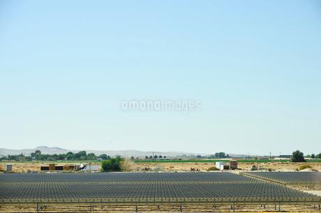 太陽光発電が並ぶ景観の写真素材 [FYI02648710]