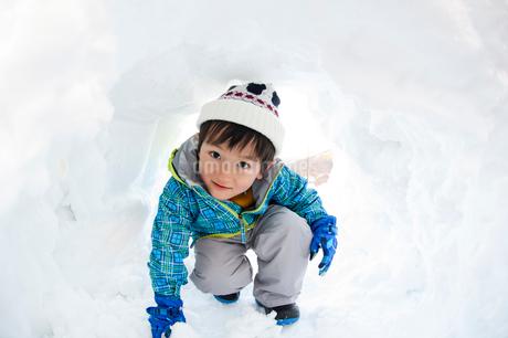 カマクラに入る子供の写真素材 [FYI02648712]