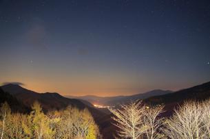 分杭峠から望む高遠方向の山並みと星空の写真素材 [FYI02648725]