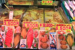 函館朝市で並ぶ新鮮な魚介類とカニの生け簀の写真素材 [FYI02648735]