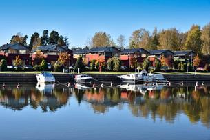 川岸に並ぶ旧市街の赤茶色の木製倉庫群の写真素材 [FYI02648742]