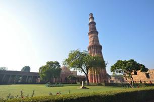 インドで一番高い塔があるクトゥブ・ミナールの複合建築群の写真素材 [FYI02648756]
