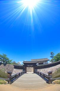 松代城跡の櫓門と木橋と太陽の光芒の写真素材 [FYI02648763]