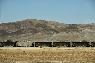 山と貨物列車の写真素材 [FYI02648768]
