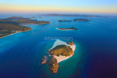 嘉比島など慶良間諸島の空撮夕景,魚眼の写真素材 [FYI02648790]