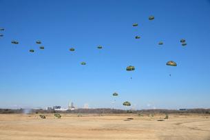 習志野第1空挺団 一般開放行事の降下訓練の写真素材 [FYI02648791]