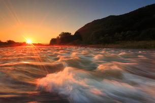 神川合戦地の千曲川と朝日の写真素材 [FYI02648840]