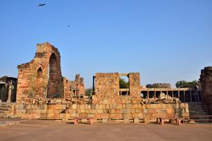インドで一番高い塔があるクトゥブ・ミナールと複合建築群の写真素材 [FYI02648844]