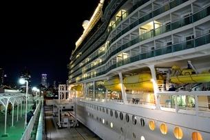 神戸港にMARINER OF THE SEASが停泊の夜景の写真素材 [FYI02648877]