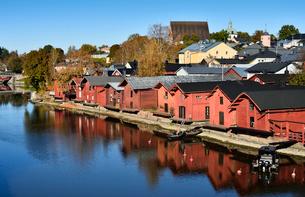 川岸に並ぶ旧市街の赤茶色の木製倉庫群の写真素材 [FYI02648893]
