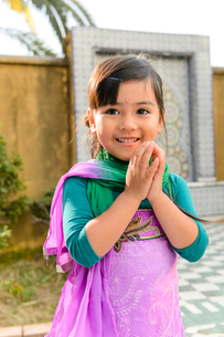 両手を合わせる民族衣装の女の子の写真素材 [FYI02648904]
